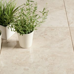 thulahome-cappuccino-light-premium-polished_marble_tiles-close_roomscene_flowers